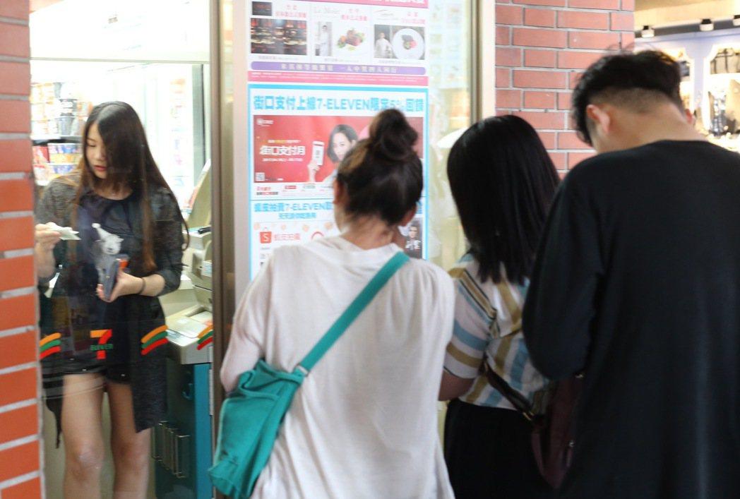 中國信託商銀有一台位在西門町商圈的ATM,「平均每4分零3秒」就有人領錢,可說是...