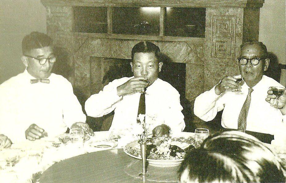 昔日戰場上的死敵,在冷戰時期,卻成為盟友,抗戰時的日本侵華軍總司令岡村寧次(右)...