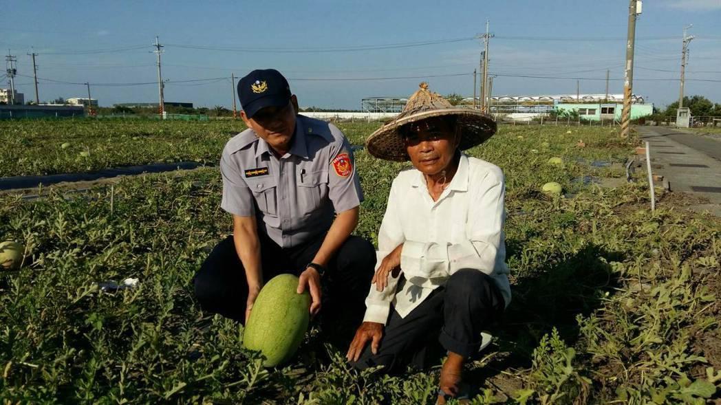 西瓜最近價格上漲,台南市警三分局啟動護瓜專案,讓瓜農感到窩心。圖/台南市警三分局...