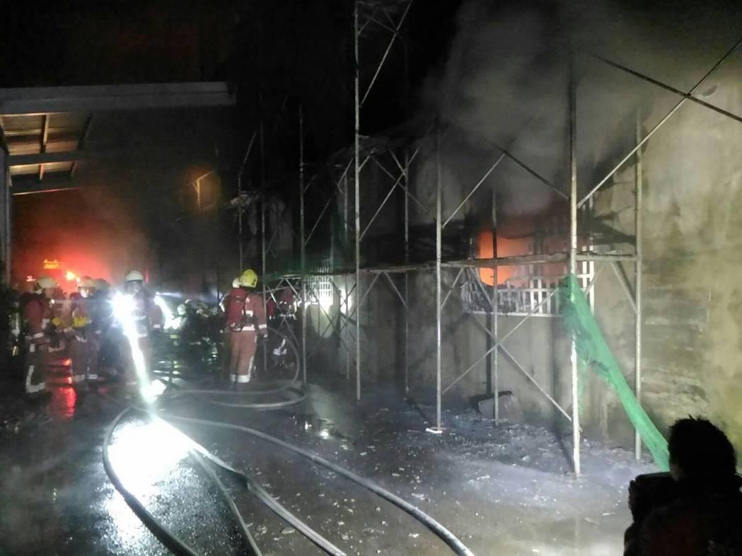 消防人員灌水搶救。圖/新竹縣消防局提供