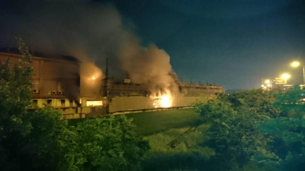 新竹縣竹北市一家製造聖誕節燈泡的工廠深夜傳出惡火。圖/新竹縣消防局提供