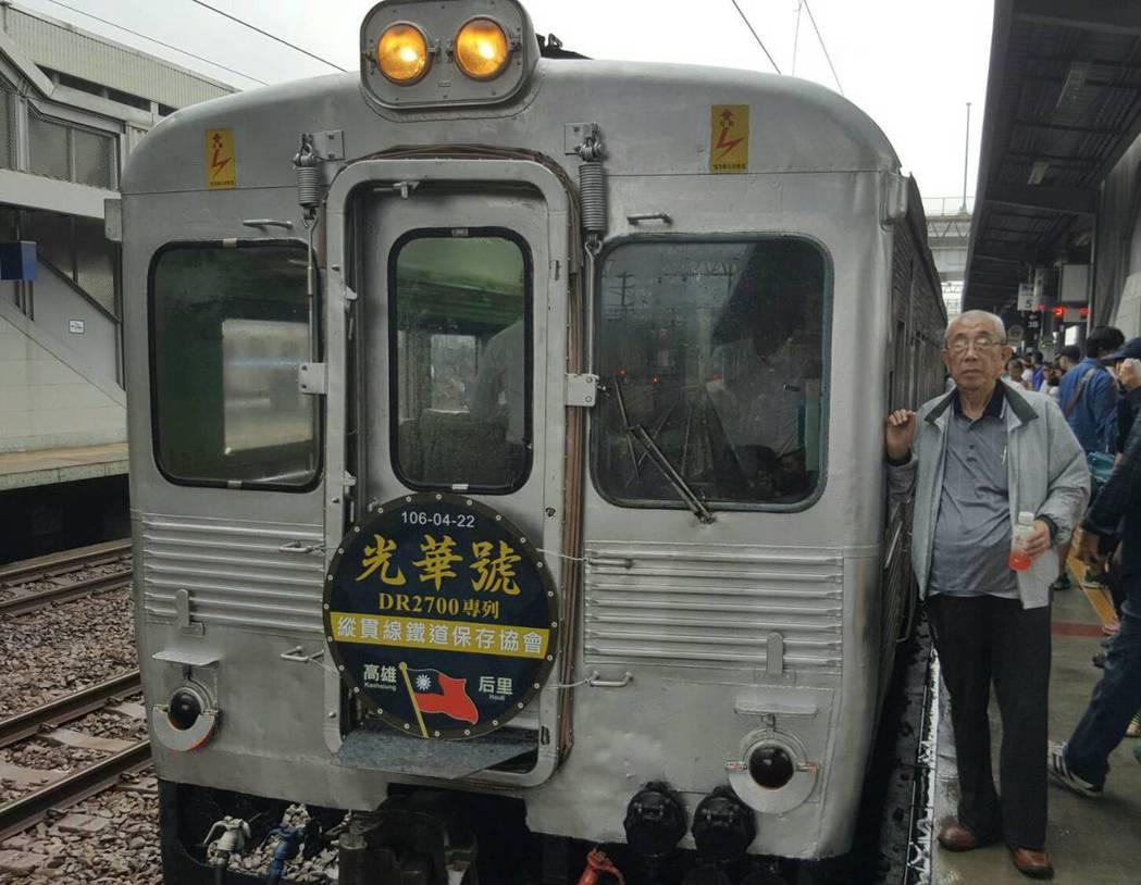 「光華號」客車,在退役多年後今天重返西部幹線,上午由高雄站出發,經山線后里站後折返,讓鐵道迷回味老客車當年英姿。圖/倪京台提供