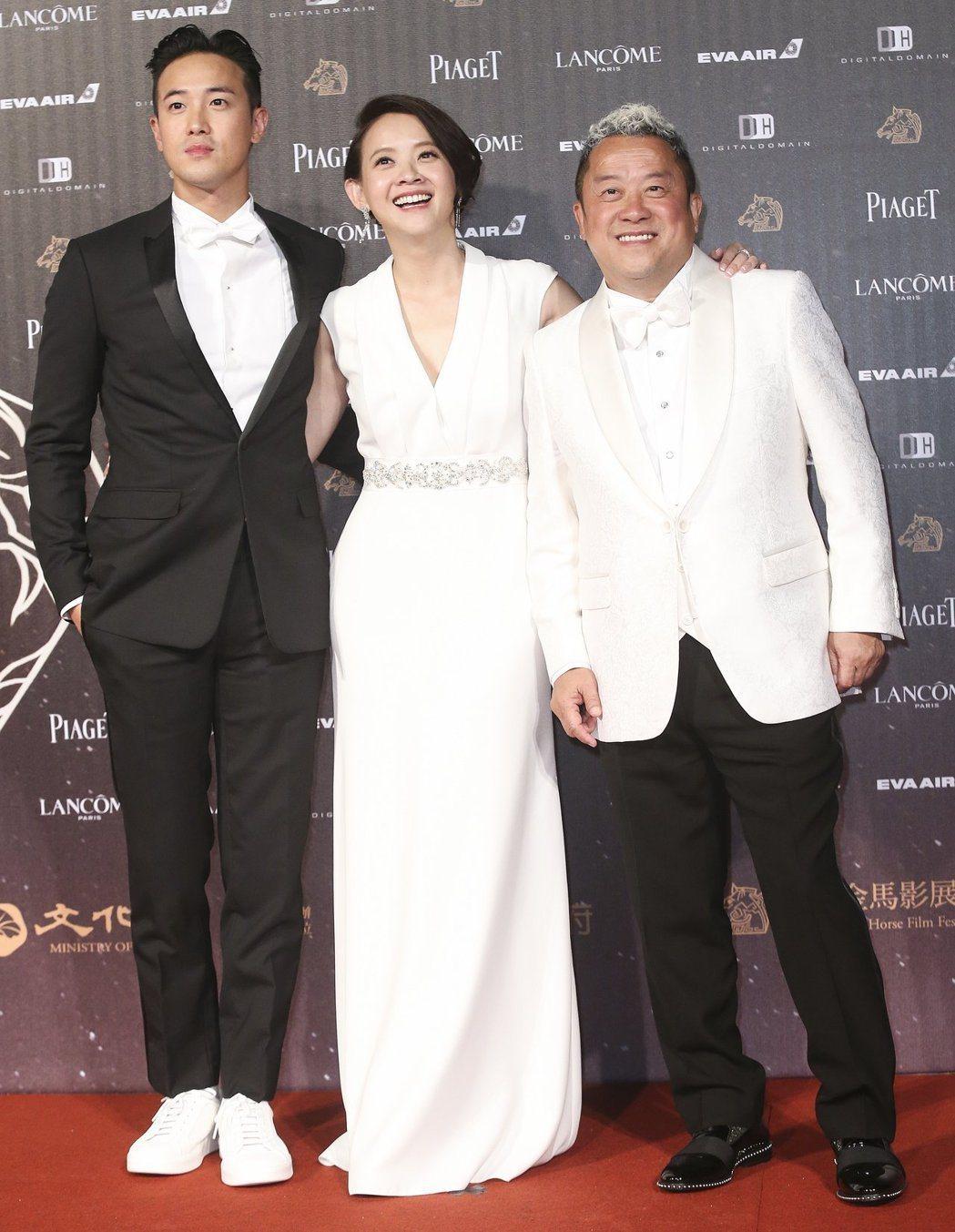 曾志偉(右)、曾國祥(左)與曾寶儀(中)一家人先前曾來台參加金馬獎頒獎典禮。記者...