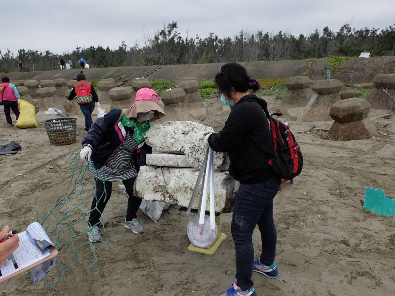 台江志工結合台南大學師生淨灘清理廢棄物。圖/志工林翊涵提供