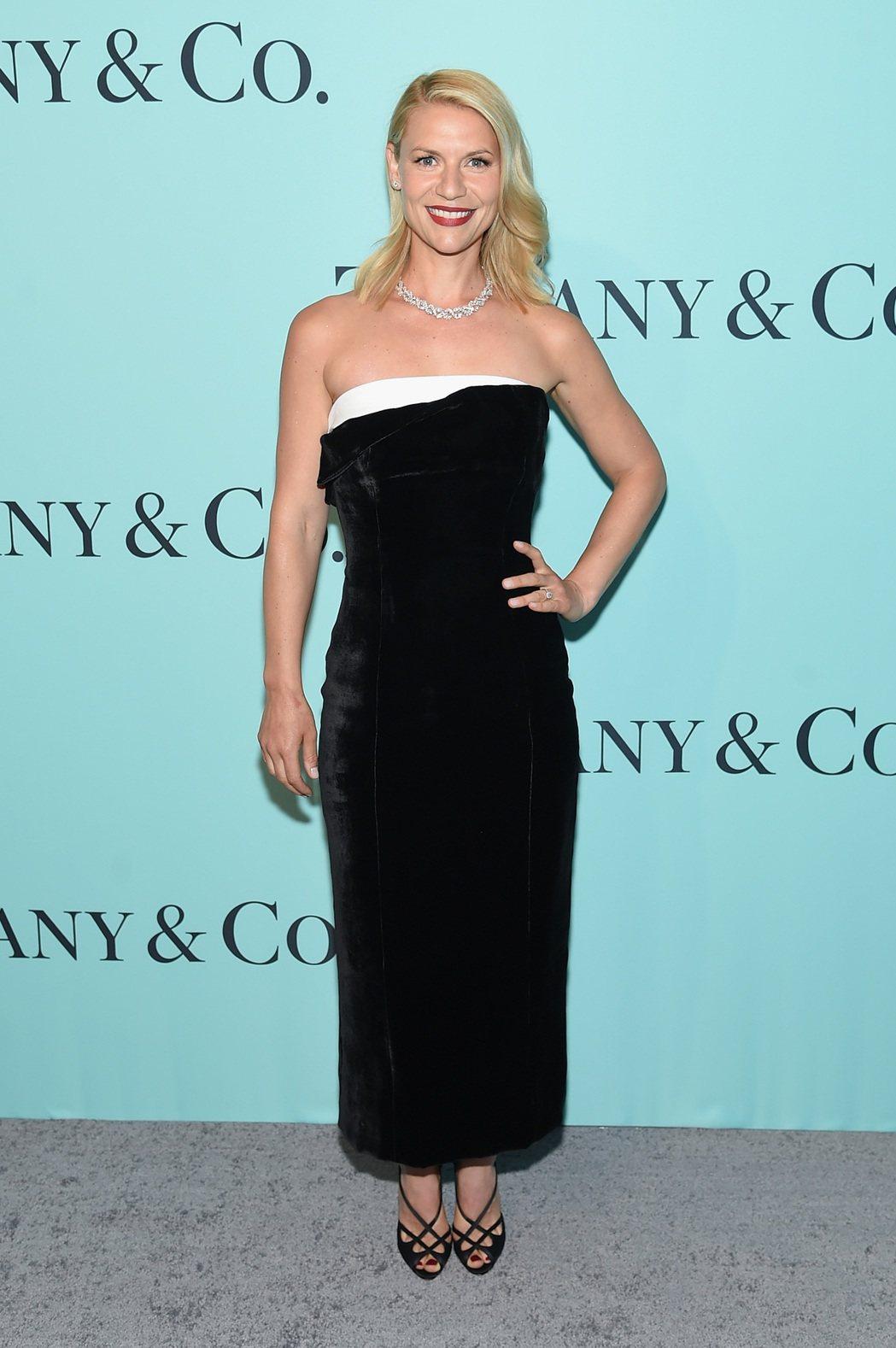 克萊兒丹妮絲黑白配色禮服搭配Tiffany鑽飾,氣質高雅。圖/Tiffany提供