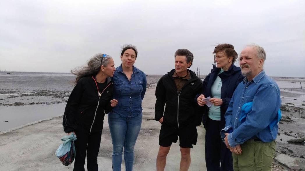 來自7個國家和地區的頂尖鯨豚專家,今天下午到彰化縣芳苑鄉踏勘潮間帶,並了解未來的...