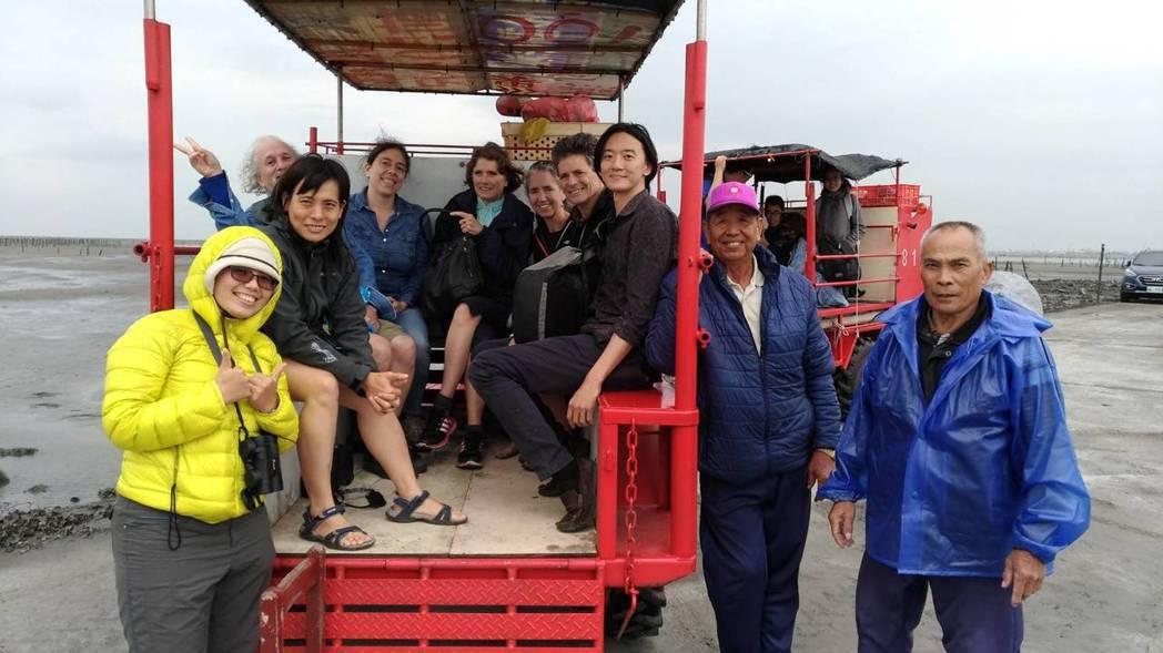 來自7個國家和地區的頂尖鯨豚專家,今天下午到彰化縣芳苑鄉搭乘三輪車,到外海踏勘潮...