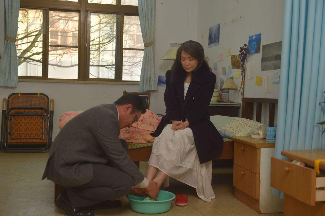 趙擎(左)、潘儀君演出「妖精」一場洗腳戲。圖/台視提供