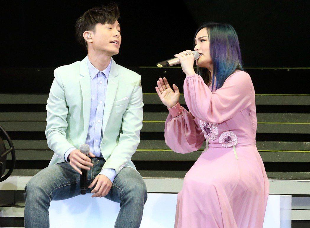 徐佳瑩(右)「是日救星」演唱會在台北小巨蛋舉行,韋禮安(左)擔任演唱嘉賓。記者屠
