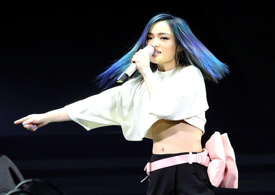 徐佳瑩邊唱邊跳快節奏歌曲,不小心疑似露出「小可愛」。記者屠惠剛/攝影