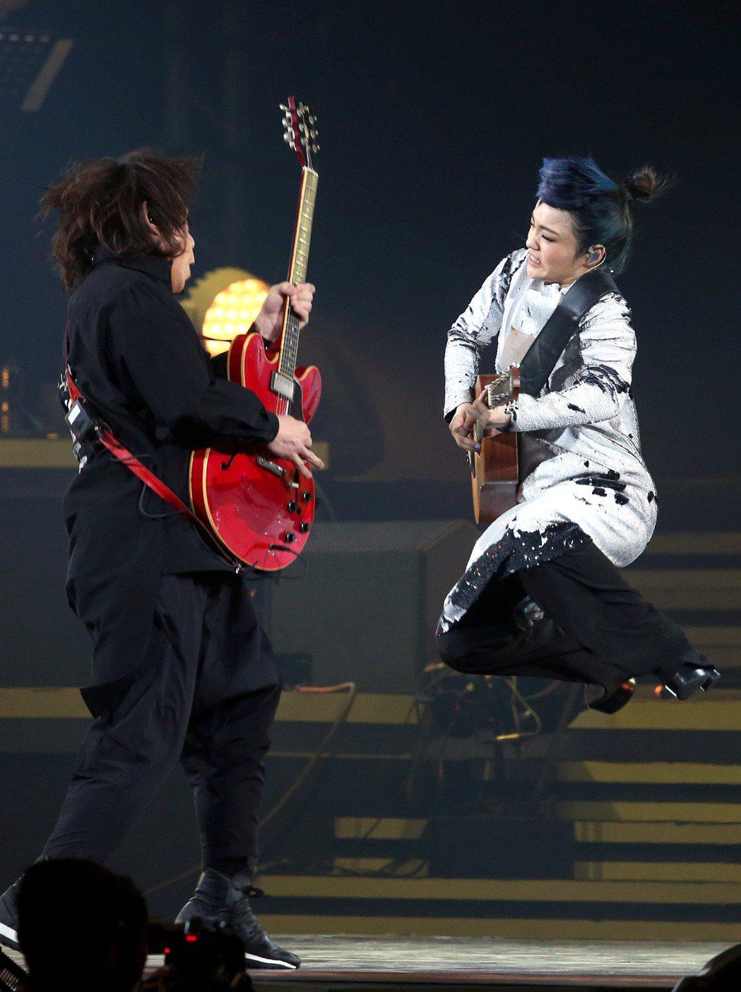 徐佳瑩演唱會,邀請伍佰擔任演唱嘉賓,二人一同嗨唱。記者屠惠剛/攝影