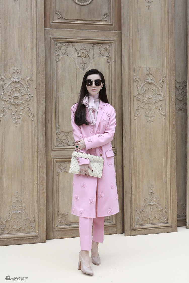 范冰冰出席201春夏巴黎時裝周VALENTINO大秀時穿得相當雅致。圖/取自新浪