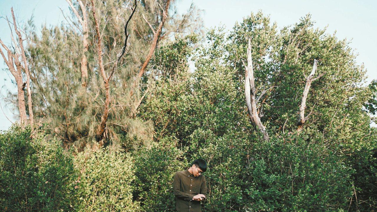 我害怕時間過得太快,害怕知道樹也會死亡。寫了就好像能留下什麼。(攝影/郭宸志)