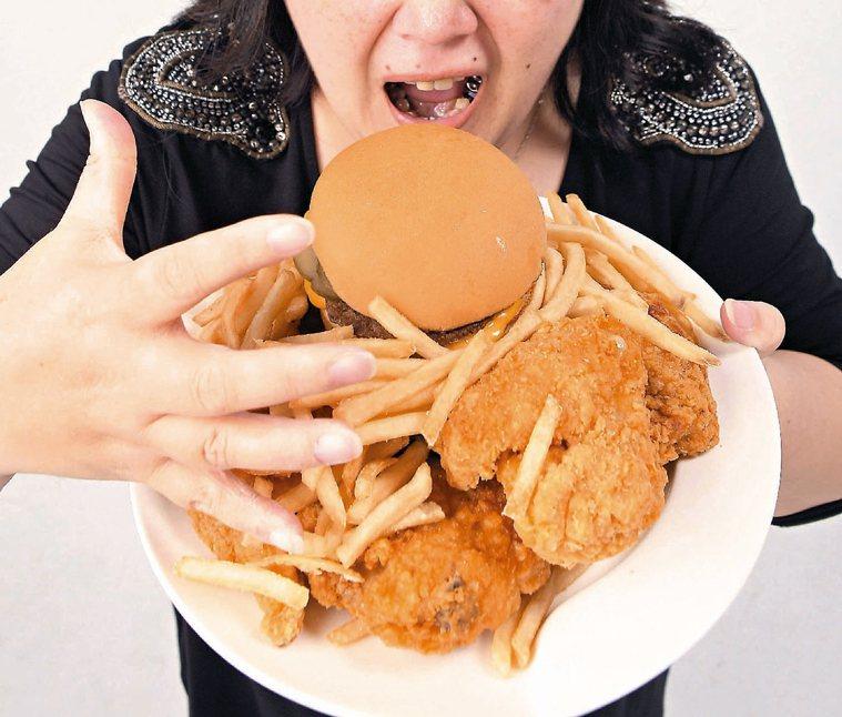 長期攝取高油、高糖、高熱量食物,會導致肥胖。 報系資料照