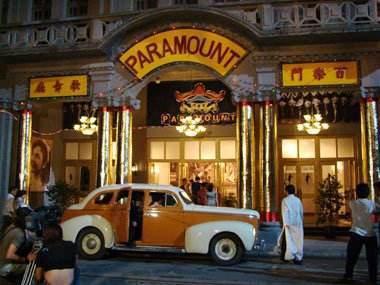 經常在電影、電視劇裡看到的上海百樂門門口車水馬龍情景。 (取自網路)