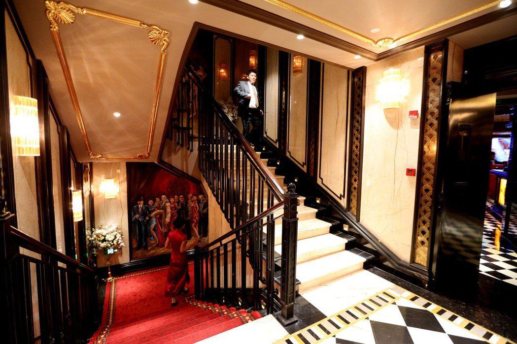 新開業的百樂門依舊保留一樓門廳、旋轉樓梯、彈簧地板、磨砂玻璃造景及古董電梯等。 ...