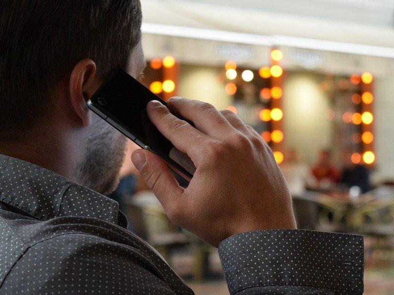 醫界對使用手機與腫瘤之間的關係一直沒有下定論。(photo by Pixabay...