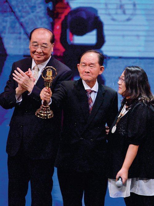 李季準(中)曾獲廣播金鐘特別貢獻獎肯定。本報資料照片
