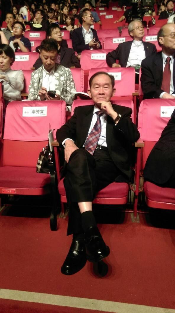 李季準獲頒金鐘獎特別貢獻獎,家人為他拍下「最驕傲的坐姿」。圖/李孟孜提供