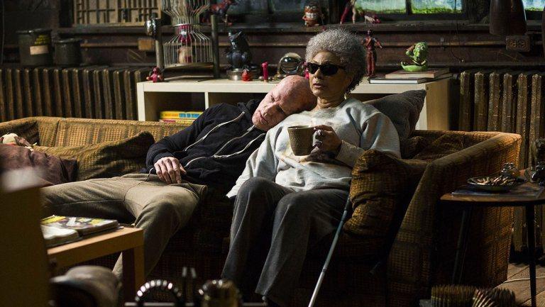 盲眼阿媽萊絲莉烏格斯確定將回歸「惡棍英雄:死侍2」。圖/福斯提供