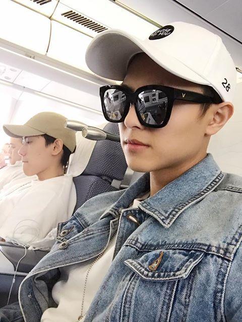 王子(右)赴廣州辦粉絲慶生會,飛機上虧毛弟忙玩手遊。圖/摘自王子臉書
