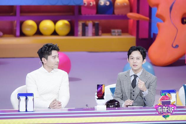 趙又廷(左)在「奇葩說」大爆高圓圓怪癖。右為主持人何炅。圖/取自新浪娛樂