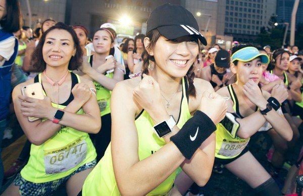 2萬名女跑者化身「神力女超人」。圖/華納兄弟提供