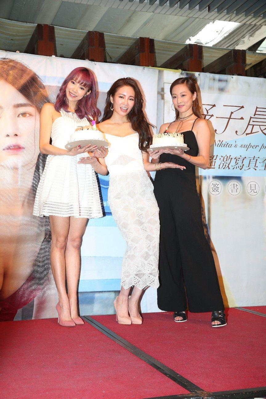 茵茵(左)和夏語心(右)出席舒子晨寫真集簽書會,讓她又驚又喜。圖/尖端出版提供