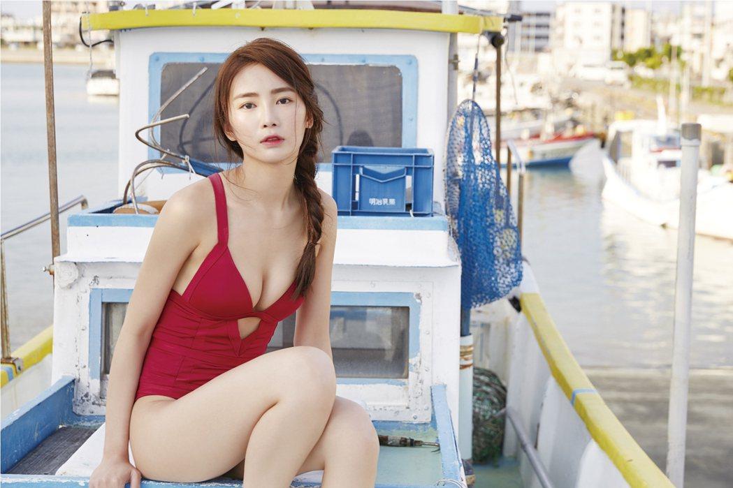 舒子晨在寫真集中穿泳裝大秀身材。圖/尖端出版提供