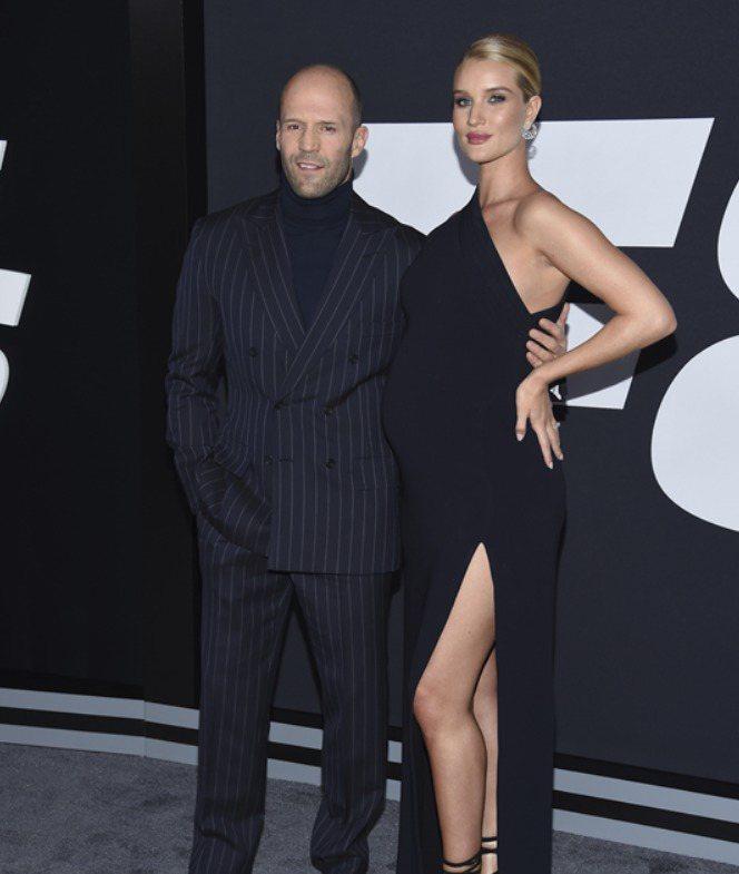 傑森史塔森(左)日前與女友蘿西杭亭頓出席「玩命關頭8」首映會。圖/美聯社