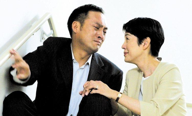 渡邊謙(左)與樋口可南子(右)在「明日的記憶」當中一同對抗病魔。圖/雷公提供