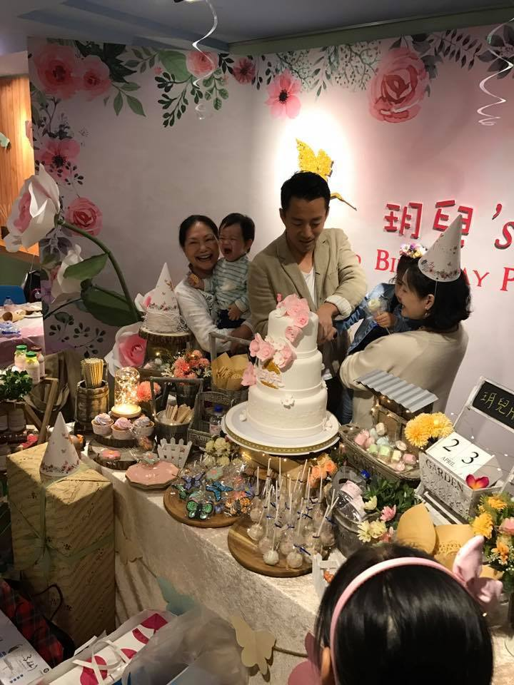 徐媽媽(左)也出席孫女玥兒的生日派對。圖/摘自臉書