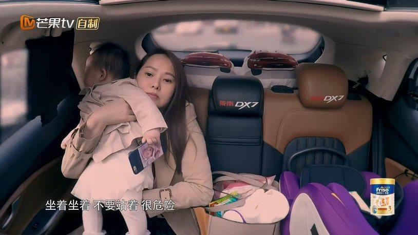 伊能靜抱女兒小米粒坐車子後座,一旁有嬰兒安全座椅。圖/摘自芒果TV