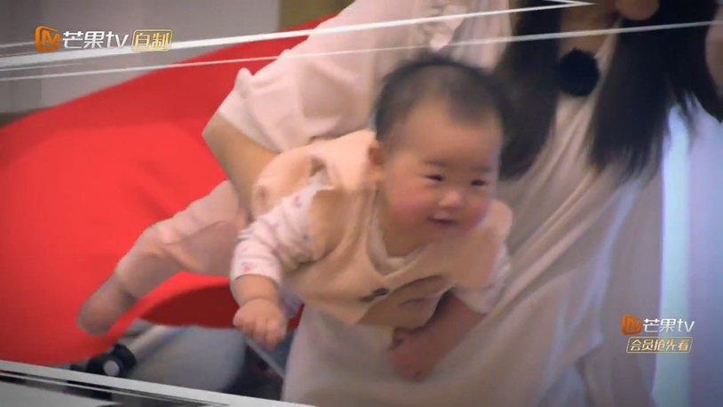 伊能靜抱女兒小米粒開心玩。圖/摘自芒果TV
