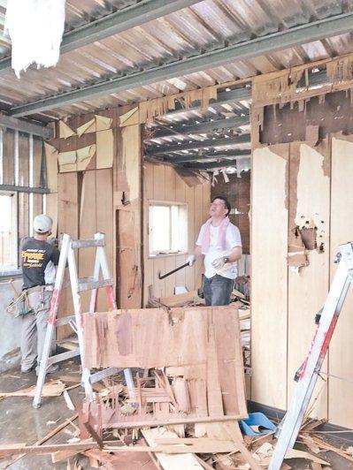 遠雄志工團動員80人次為肝末患者向爸爸鐵皮屋住家修繕。 遠雄志工團/提供