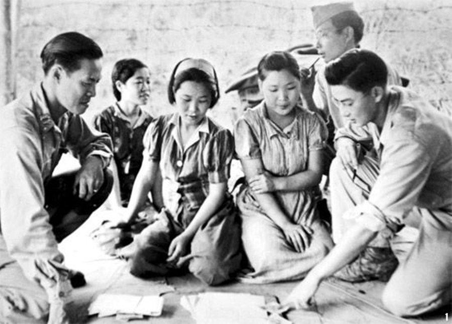 隨著日軍的潰散,有人玉碎,有人逃亡——但那些大和撫子們,卻被遺棄在原地。圖為19...
