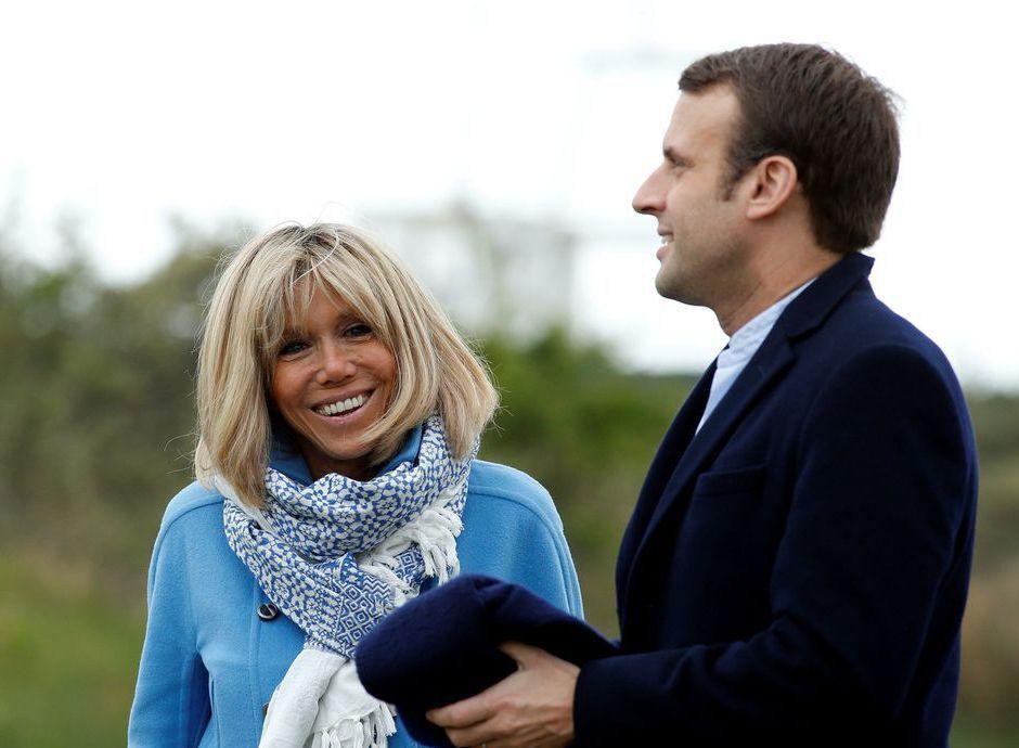 法國總統大選揭曉,第一輪勝出的馬克宏,與妻子鶼鰈情深。 路透