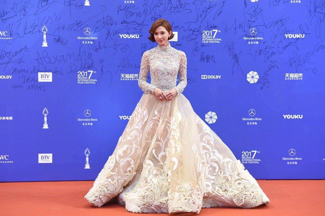 林志玲出席北京國際電影節閉幕典禮紅毯,氣場力壓眾女星。圖/摘自微博