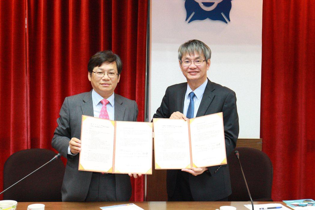 中正大學校長馮展華(右)及國研院院長王永和今天簽署學術合作協議書。圖/國研院提供