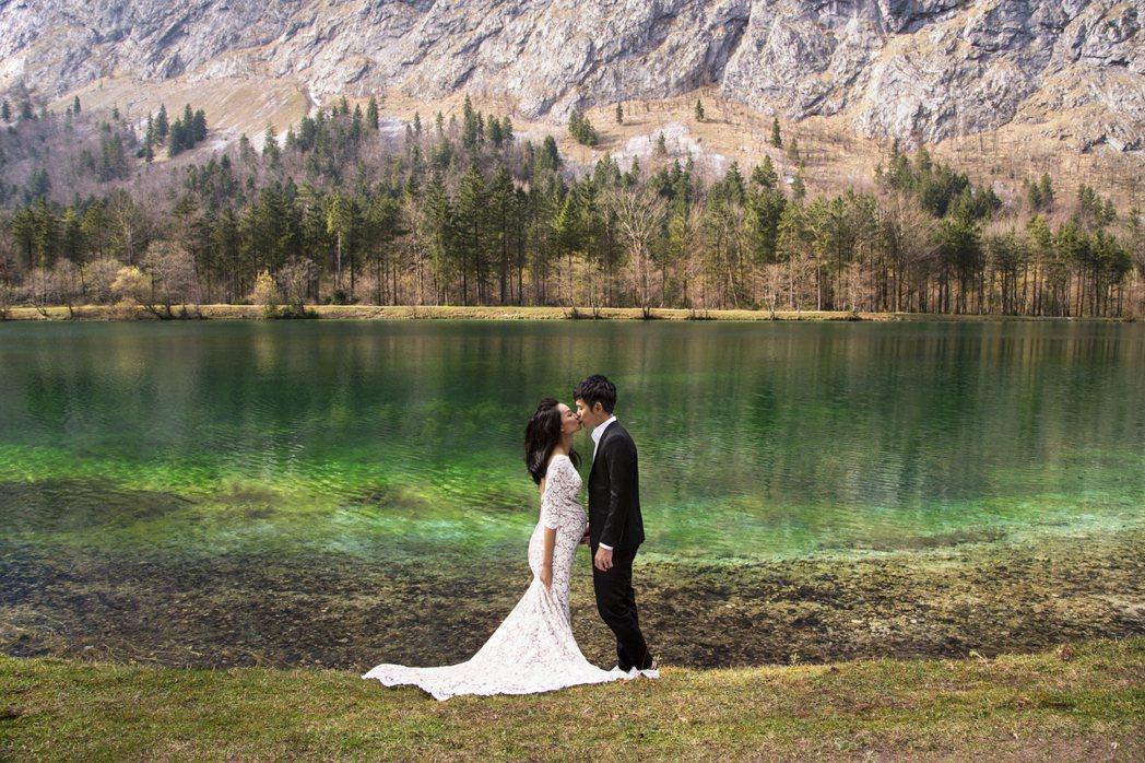 宥勝帶妻女到尼泊爾、土耳其、奧地利「婚紗之旅」,湖邊浪漫擁吻。圖/怡佳提供