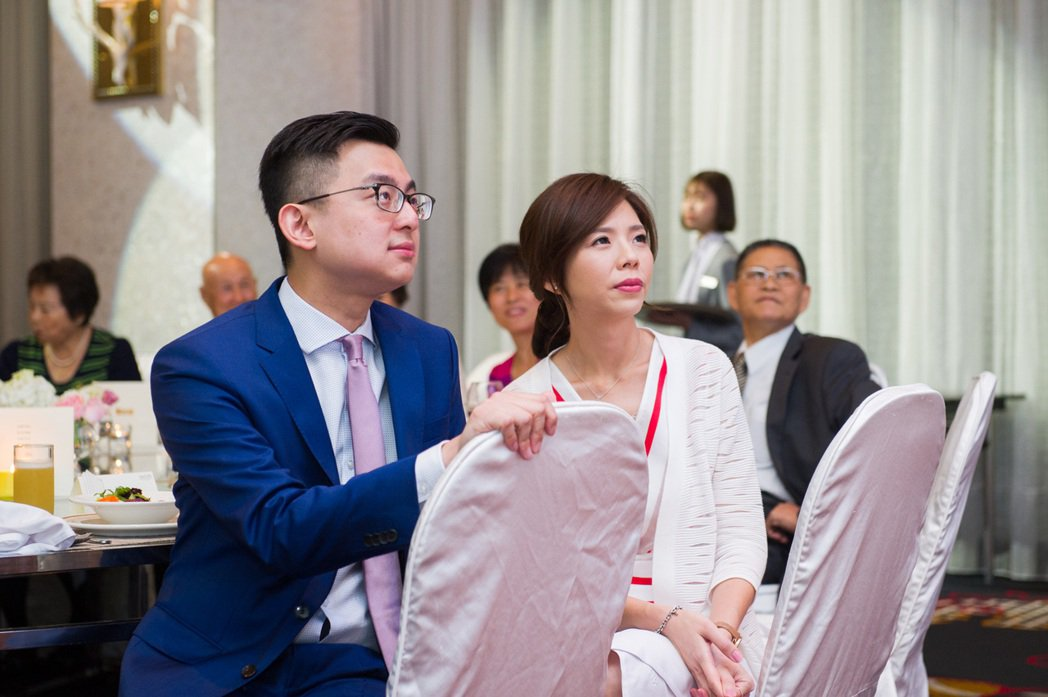 時代力量立委洪慈庸與台中市政府新聞局長卓冠廷與相戀一年多,今天下午宣布登記結婚。...
