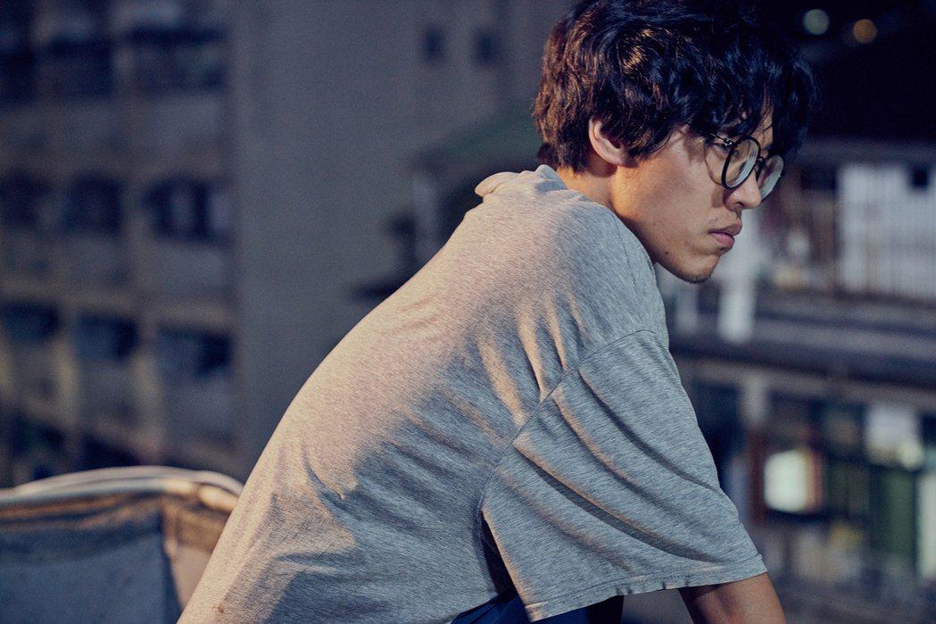 盧廣仲挑梁演出「花甲男孩轉大人」,飾演命定接乩童的魯蛇青年。圖/好風光提供