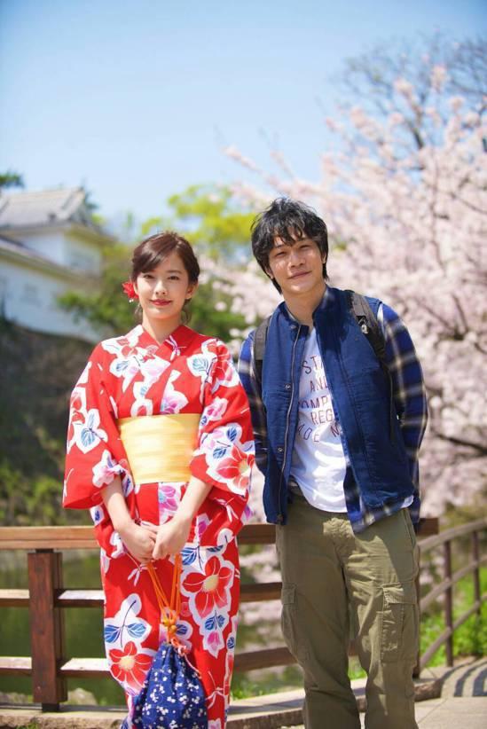 周采詩(左)、薛仕凌在櫻花樹下拍約會戲,浪漫唯美。圖/公視提供