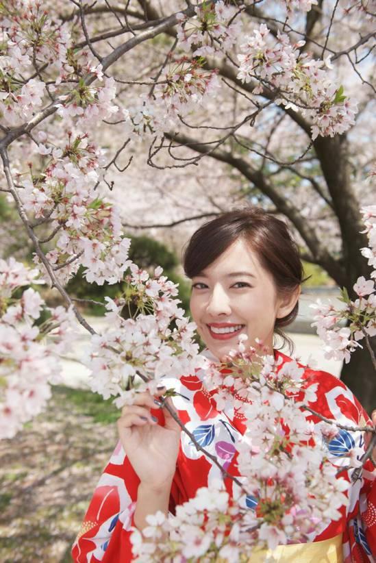 周采詩到日本北九州拍新戲,櫻花樹下、大紅浴衣美呆了。圖/公視提供