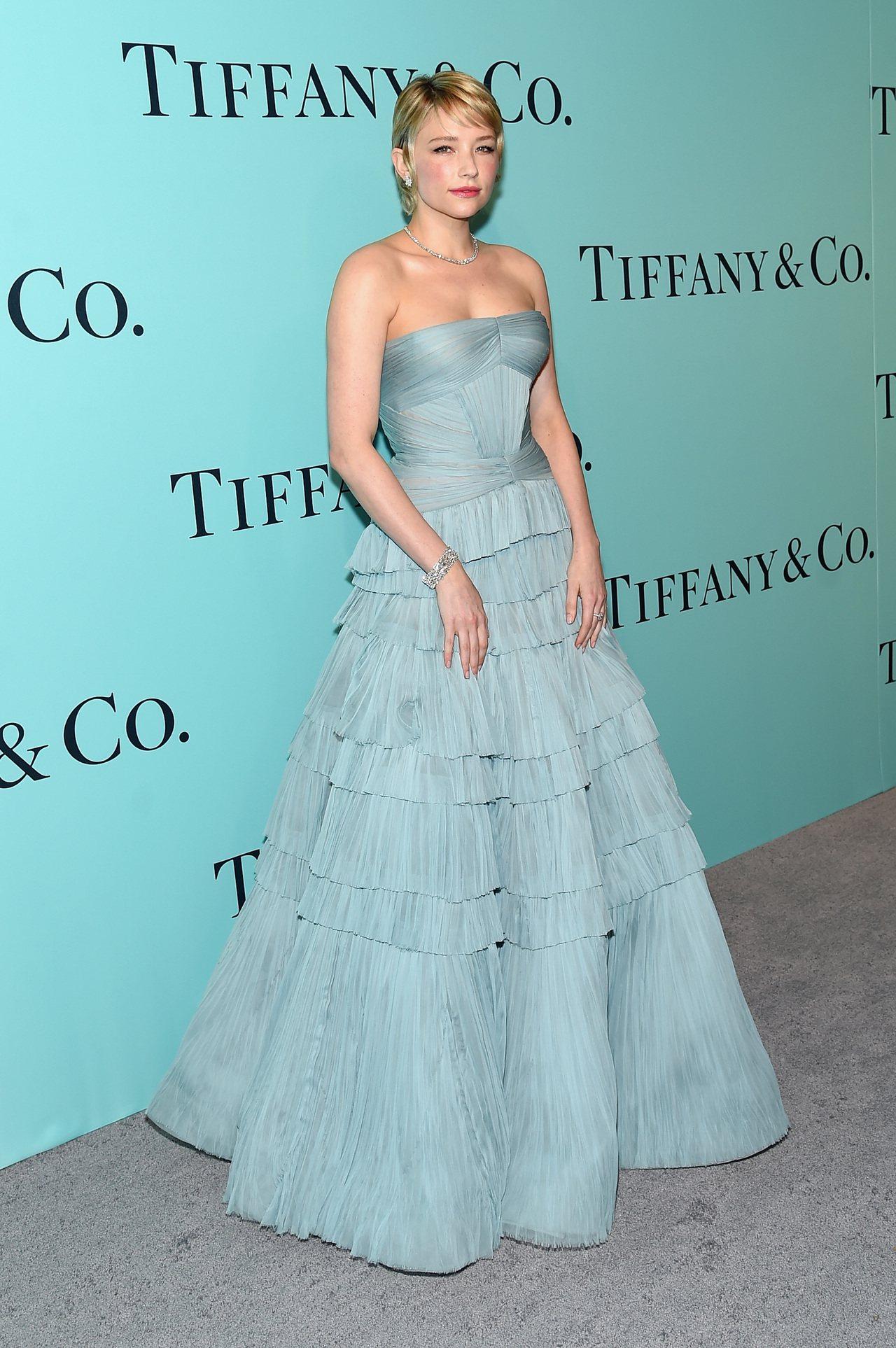海莉班奈特選擇藍綠色禮服呼應品牌色調,搭配Tiffany鑽飾格外浪漫。圖/Tif...