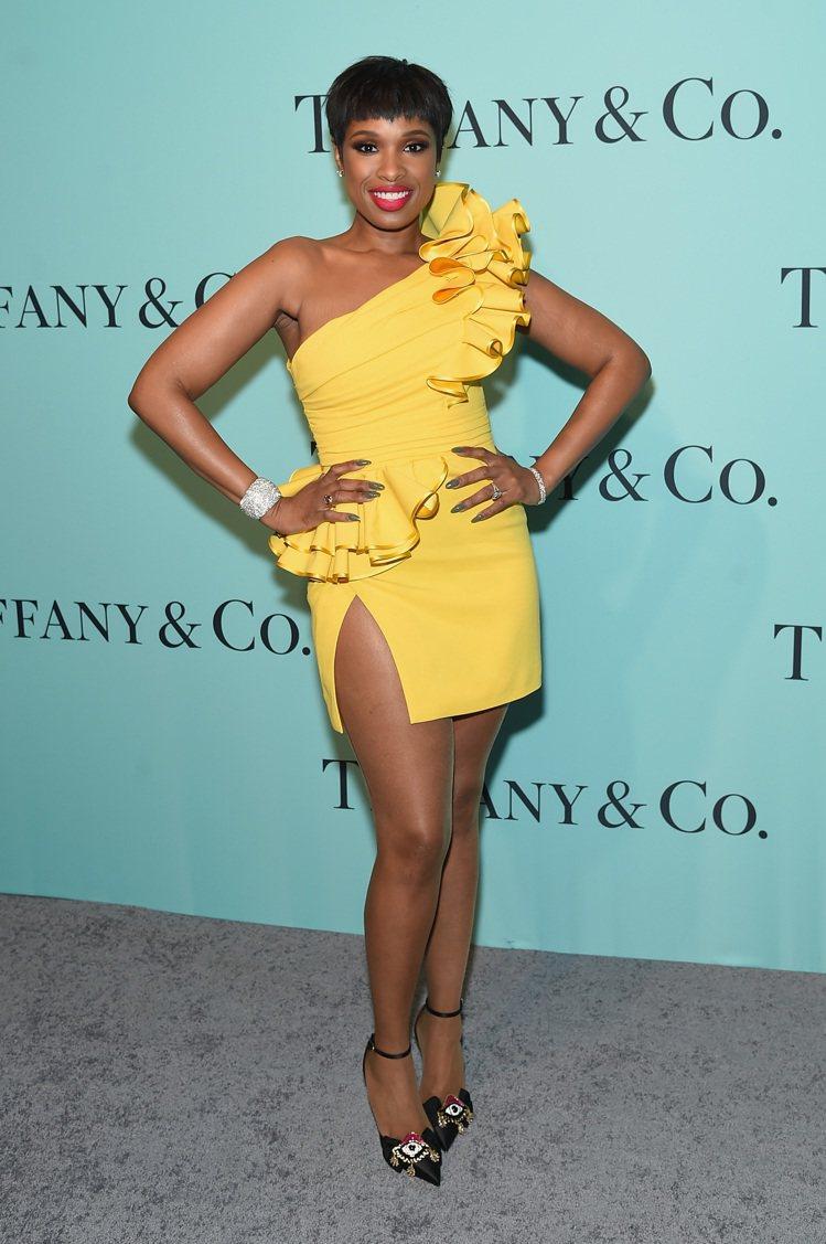 珍妮佛哈德遜是當晚演唱嘉賓,金色禮服配Tiffany珠寶格外亮眼。圖/Tiffa...