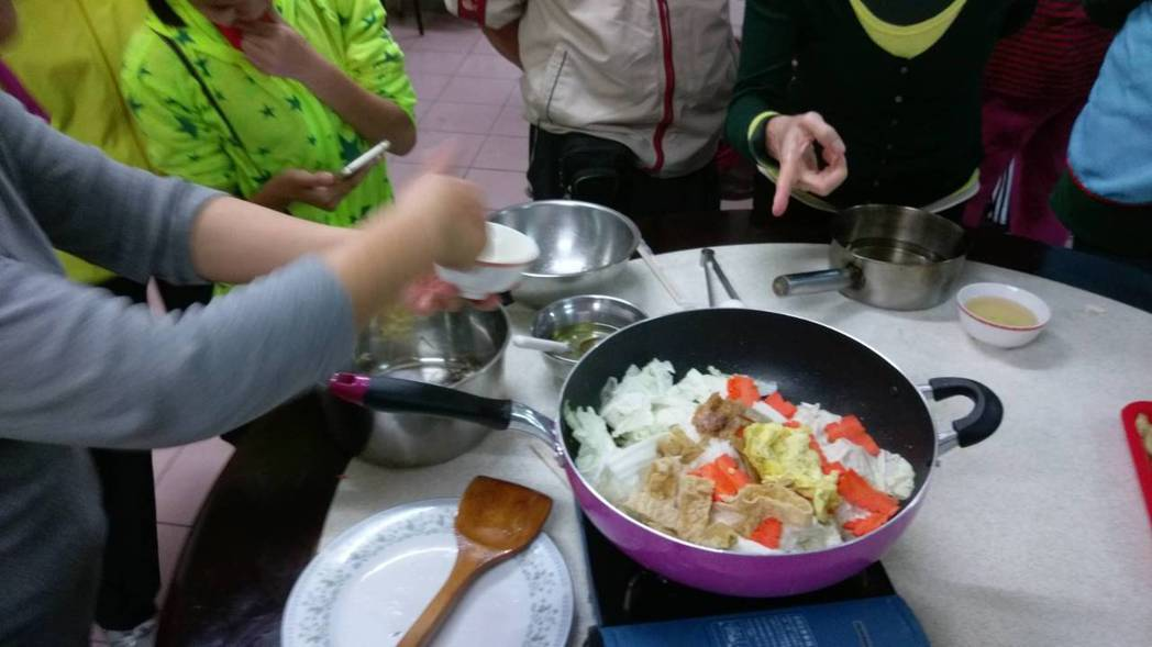 白菜滷也可以很健康!台北市立聯合醫院營養師至士林神農宮「神農樂活棧」舉辦老人共餐...