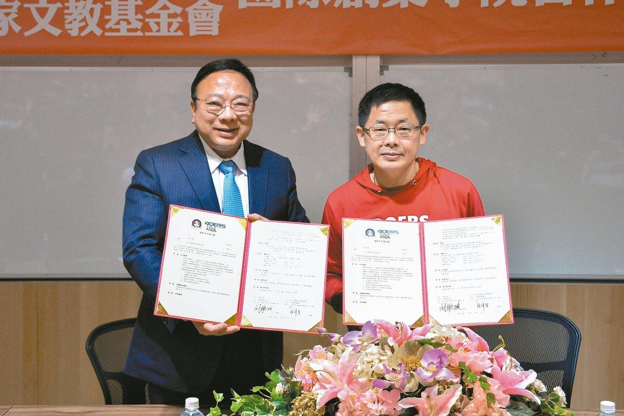 中華大學校長劉維琪(左)與實踐家教育集團董事長林偉賢(右)簽署協議,共同成立實踐...