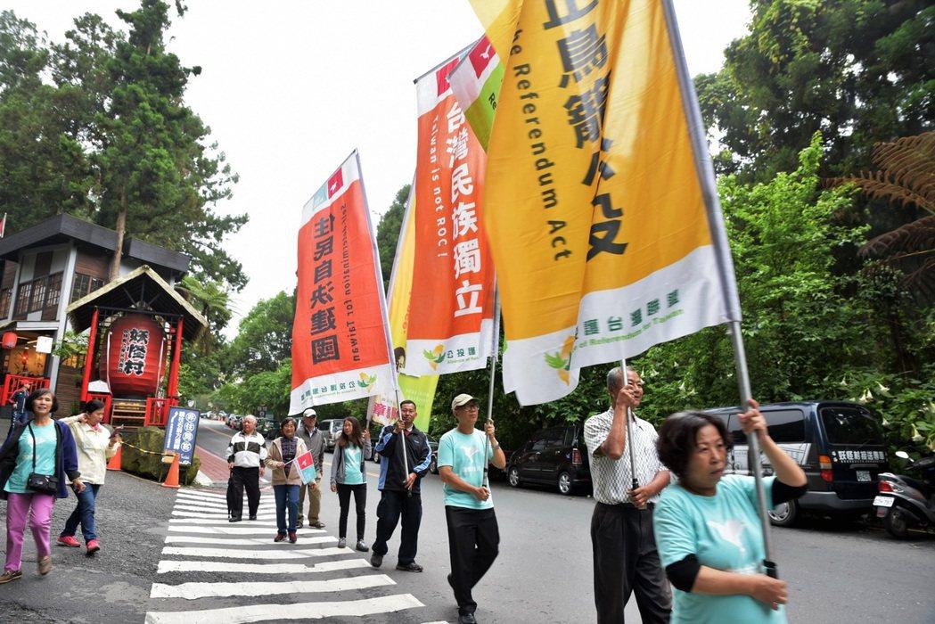 溪頭莊家堅不接受台大實驗林所提的安置方案,正式成立自由台灣黨南投黨部,準備長期抗...