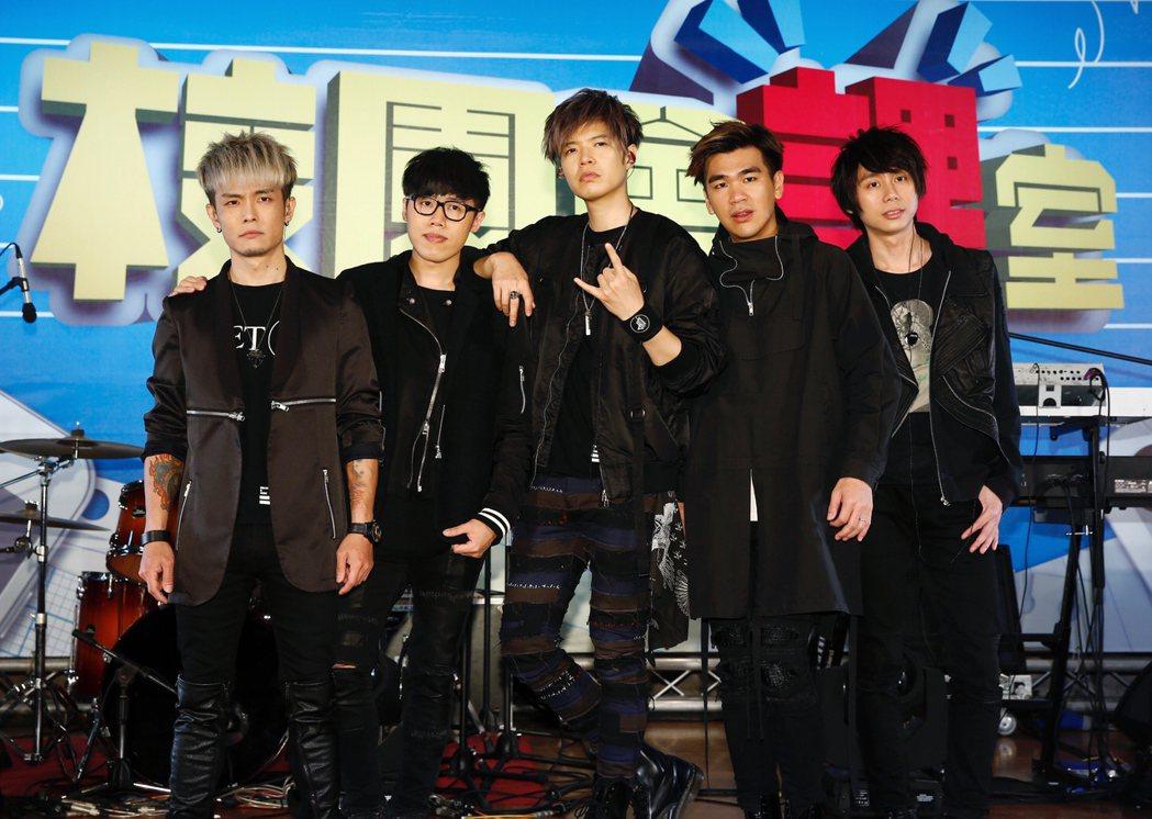 搖滾樂團「八三夭」25日在育達商職錄製MTV節目。記者程宜華/攝影